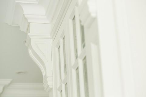 Glassdører med sprosser og utsmykkede profilerte  pilastere og listverk håndlaget i herregård stil