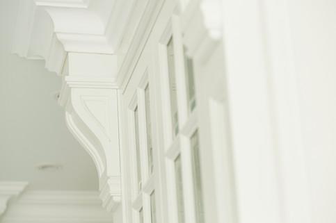 Glassdører med sprosser, profilerte pilastere og listverk håndlaget i herregård stil