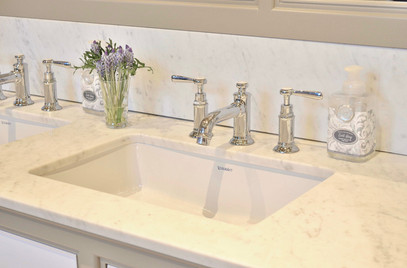 Benkeplate i lys marmor med dobbel hvit vask og 3 hulls kran i krom