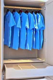 Eksempel på innredning i øvre del av garderobe. Alt kan skreddersys etter behov_