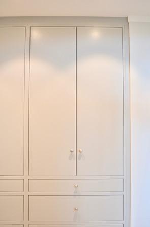 Stilrene overflater og en tidløs behagelig farge preger denne plassbygde garderoben