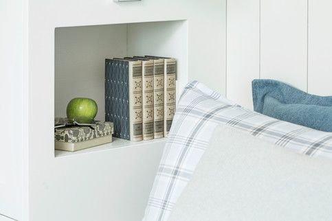 Innebygde nattbord i garderoben gir praktisk og tilgjengelig ankomst fra sengen