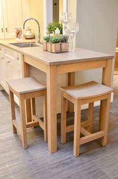 Sittegruppe i eik med matchende stoler integrert i kjøkkenet. Vask fra Rieber og kokende vann armatur fra quooker