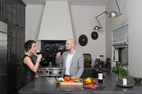 Hva med et glass vin og litt tapas i et romslig men stilfult og intimt kjøkkenmiljø. Benkeplater i betong og komfyr fra Wulf