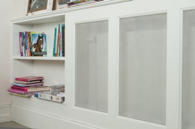 Bokhylle kombinert med radiatorskjuler til barnerommet eller soverommet. God utnyttelse av plass
