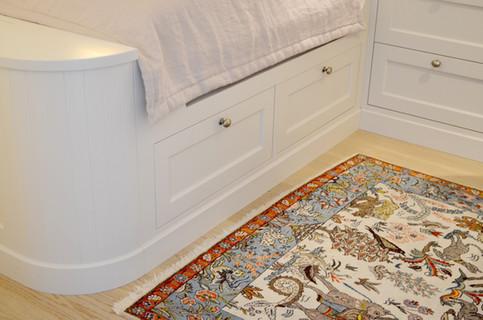 Skreddersydd seng ⎮ Praktiske skuffer under sengen ⎮ Malt i lys grå med dusty lilla tekstiler