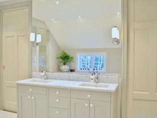 Baderomsinnredning med innebygget badekar