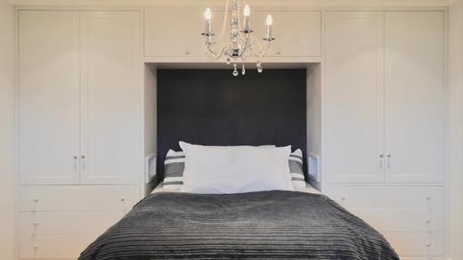 Seng og garderobe sentrert på samme vegg