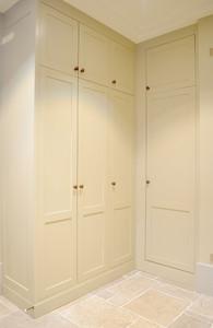 Garderobe som utnytter plassen opp til tak selv med ekstra takhøyde. Tilgang med stige