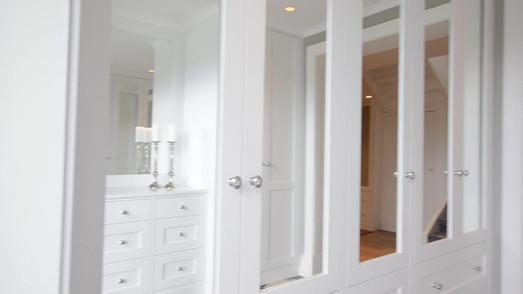 Video av Garderobe i ytter og innergang med speildører