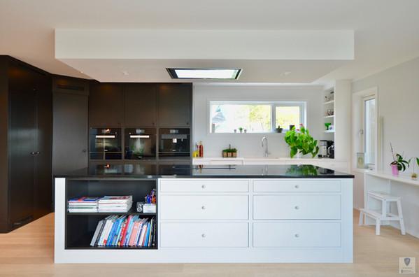 Et kjøkken med kontraster av farger og overflater (S8500N dempet sort S0500N Klassisk hvit)