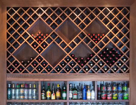 Krysshyller til vin over bar