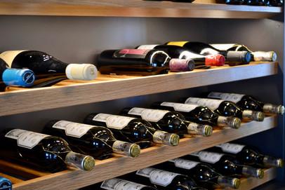 Uttrekkbare vinhyller i eik i vinskapet