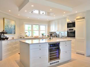 Funksjonelt kjøkken i et moderne gårdshus