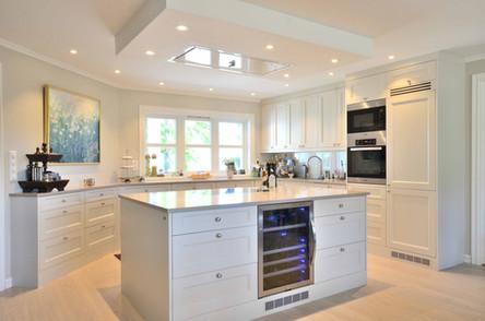 Praktisk og funksjonelt kjøkken laget til et moderne gårdshus med adel profil i fargen Shaded White fra Farrow & Ball