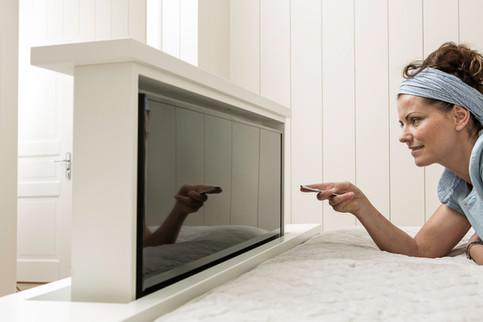 TV heis med fjernkontroll for hev og senk montert i fot enden av sengen. Plassbesparende og stilrent