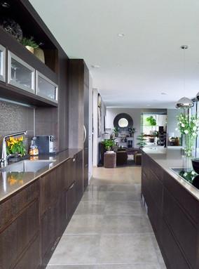 Dette kjøkkenet harmonerer perfekt med interiøret fra resten av rommet