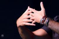 תמונת ידיים משולבות . בואו נישאר בקשר