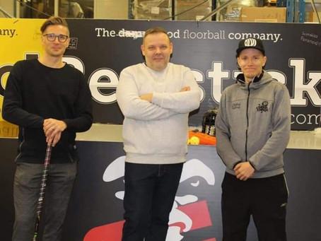Realstick Floorball yritys lahjoittaa  700€ edestä salibandytuotteita!