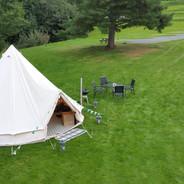 Alle telt har egne utemøbler og egen grill. For 150 kr får du Grillpakke (alt du trenger for å grille, unntatt maten). Og vi tar oppvasken : ) (Det blir flere telt enn på bildet)