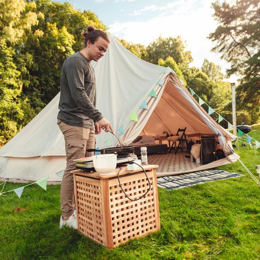 Lån en koketopp, eller grill ved teltet. Eller lag mat i kjøkkenteltet. Foto: Maria Sørlie