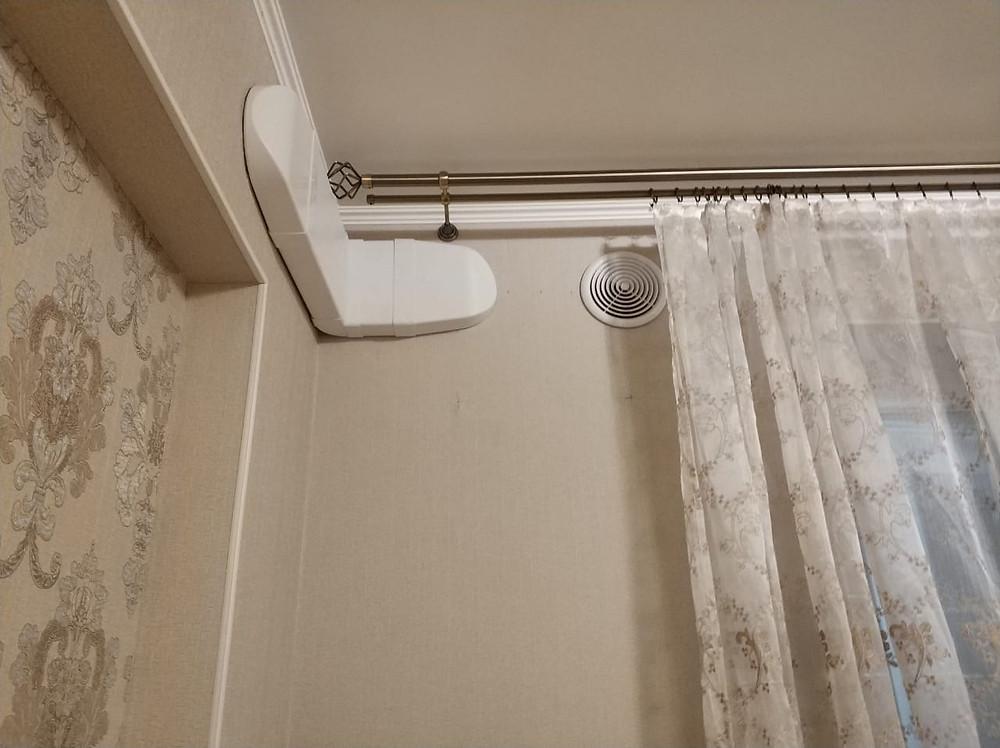 Воздуховод и вентрешетка в комнате, не граничащей с балконом