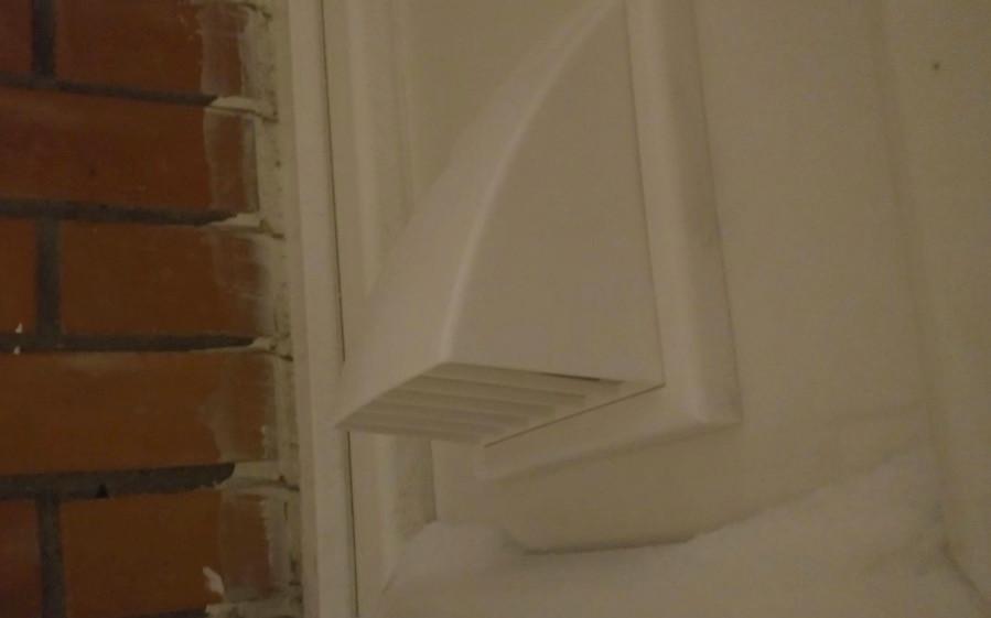 Вентиляционный колпак с наружной стороны панели
