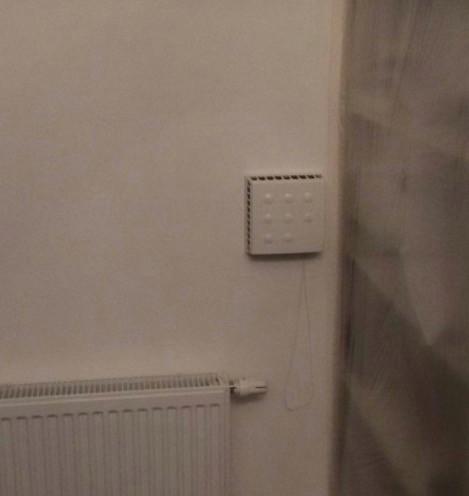 Приточный клапан KIV Quadro в гардеробной на 2-м этаже