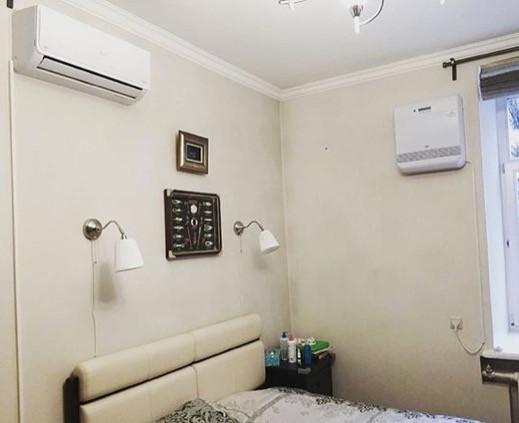 Бризер Тион О2 и кондиционер Lanzkraft в спальне взрослых