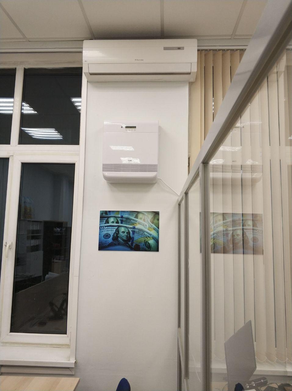 Бризер Тион О2 (под кондиционером), смонтированный в офисе