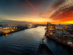 DerHamburger_DasBuch_Fruehling_Elphi_Sunset_AirView_MatthiasPlander.jpg
