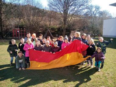 VS Sieggraben 100 Jahre Burgenland Gruppe Fahne3