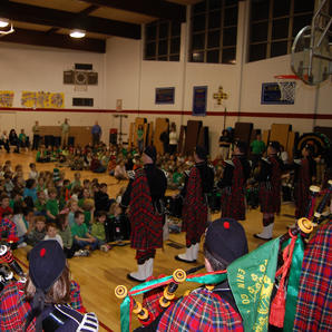 Entertaining students at the John Fitzgerald Kennedy Elementary School in Butte, Montana in 2008