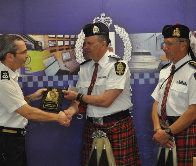 Insp. Rocchio presenting Commissioner DeSilva with an EPS Plaque