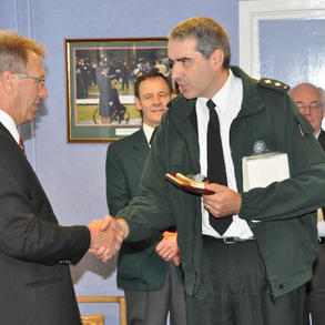 PSNI present plaque to Pipes and Drums