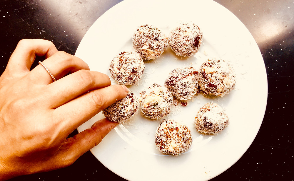 Energy balls made with nuts, honey and dried fruits