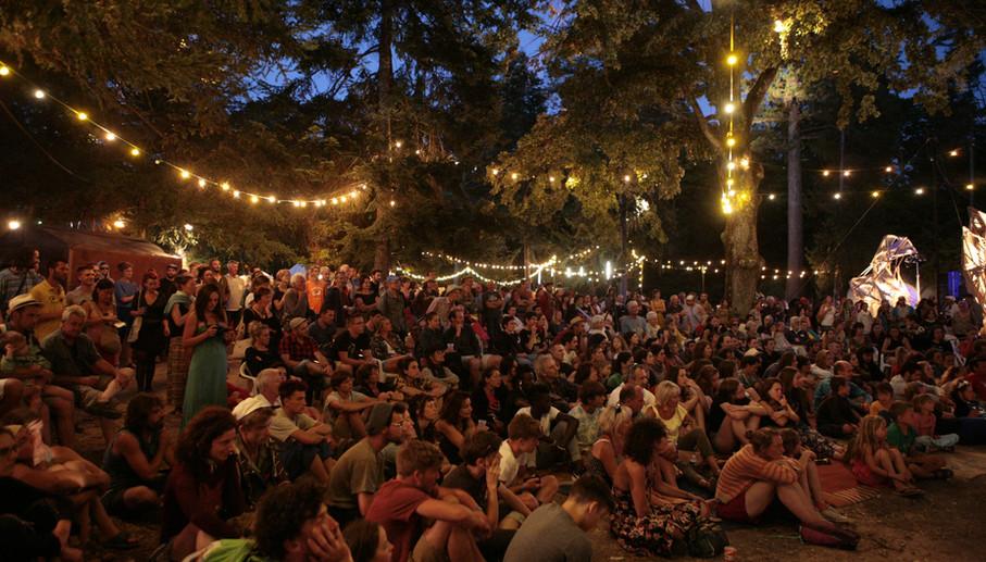 Le public du festival regarde le spectacle de Voies Libres Drôme