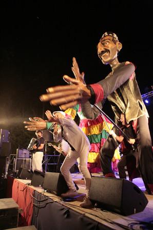 Hk et les marionettes géantes de la Cie Caramantran