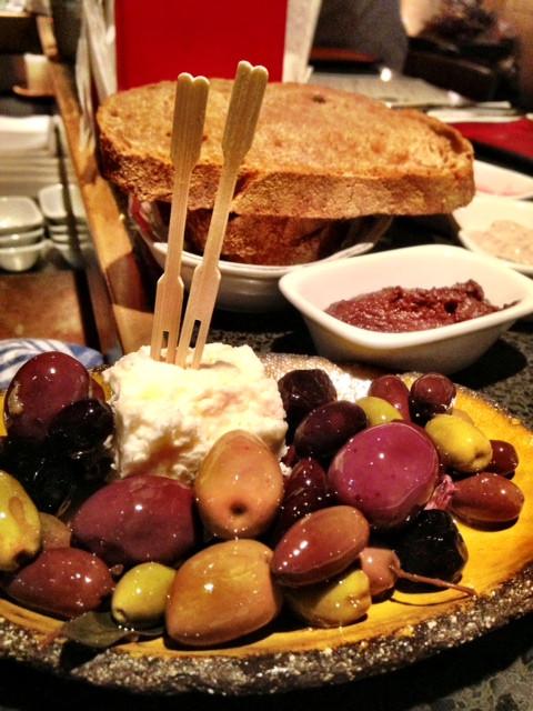 לחם מיותר וזיתים עסיסיים.jpg