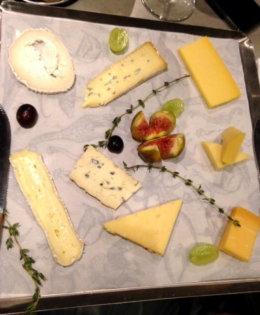 מגש גבינות גדול - אין קשר בין כמות לעלות.jpg