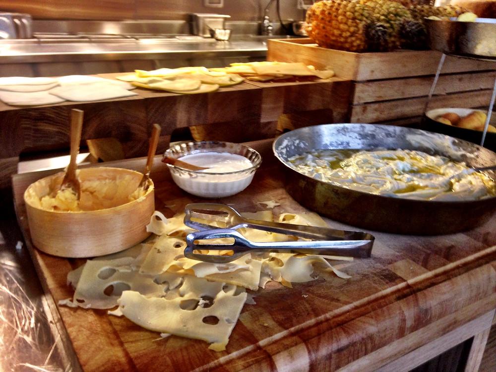 גבינות בבופה של חמש - נקודת האור בארוחת הבוקר.jpg