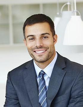 Homem de sorriso no terno
