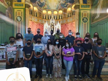 Jovens crismandos recebem a Sagrada Escritura