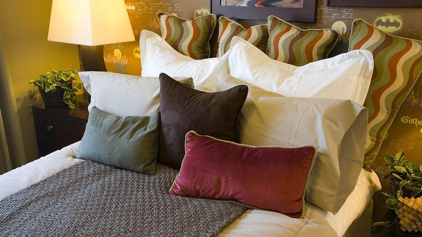 bed_blanket_pillows_bedroom_80379_3840x2