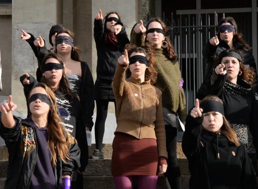 """Els col·lectius feministes de Molins representen """"Un violador en tu camino"""" a la plaça de l'església"""