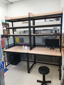 黑砂紋角鋼組合桌+美芯板18mm跨放式-里斯本橡木+頂層三面屏風+井網