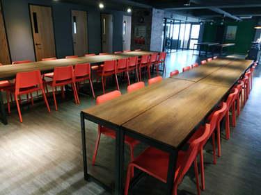 黑砂紋角鋼桌+18mm跨放式美芯板:西西里桃木+封孔柱