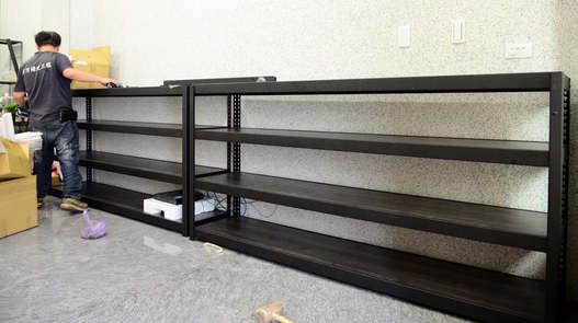 黑砂紋角鋼+美芯板-8mm內嵌式:龐貝黑杉+封孔柱