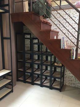 黑砂紋角鋼+美芯板:內嵌式8mm里斯本橡木樓梯置物架