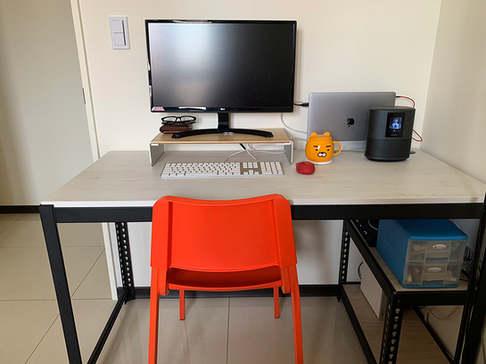 角鋼書桌 黑砂紋+18mm跨放式美芯板:波爾多雪松 +封孔柱+桌下架